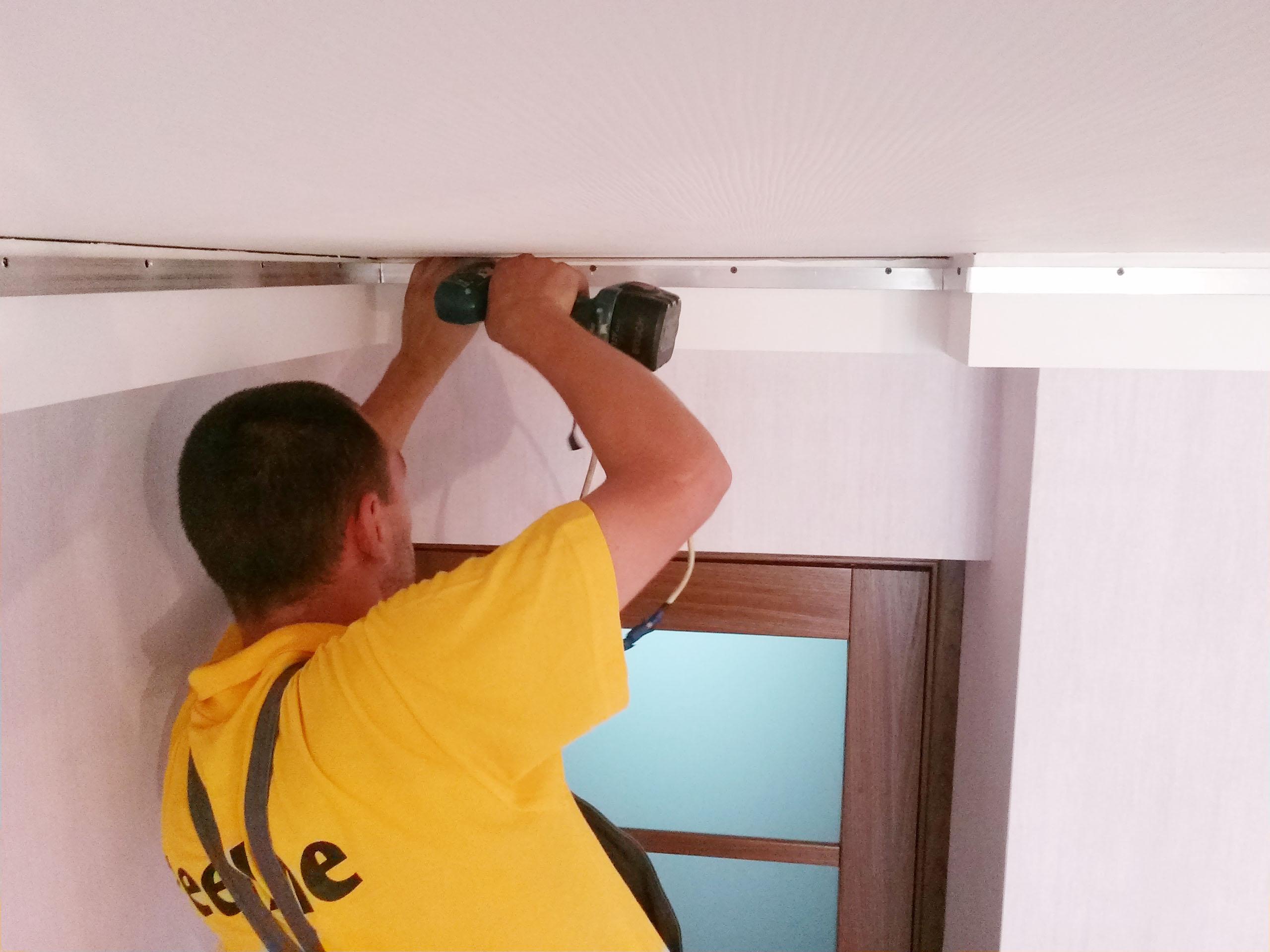 Натяжной потолок установка до поклейки обоев