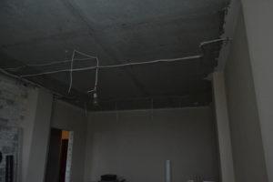 установка натяжных потолков в зале